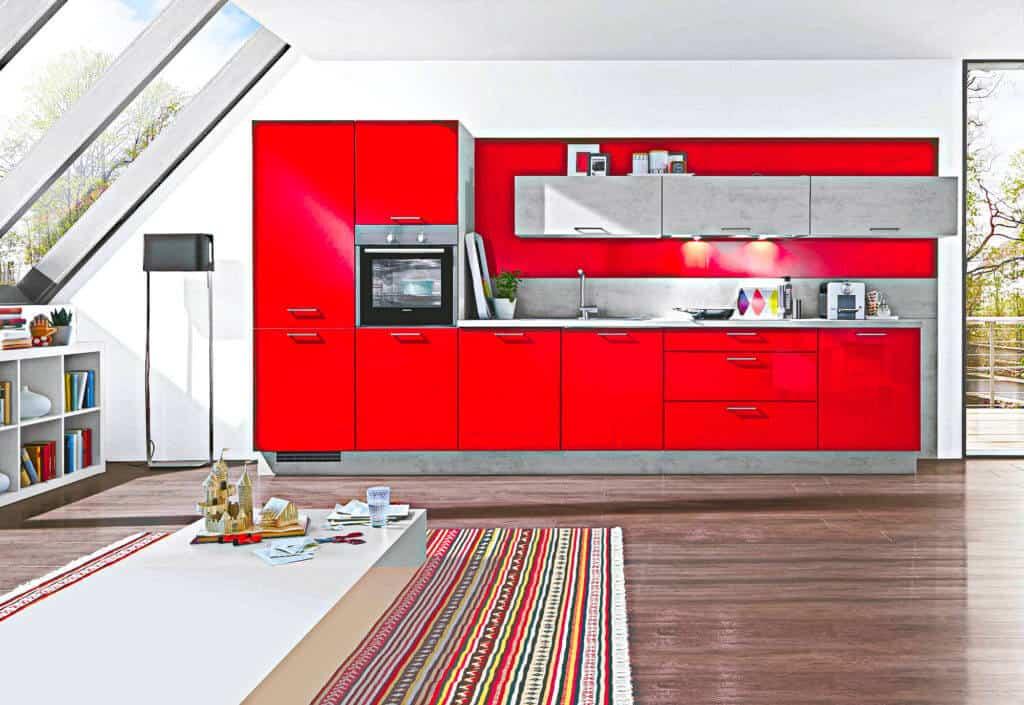 Rote Küchenzeile mit Beton