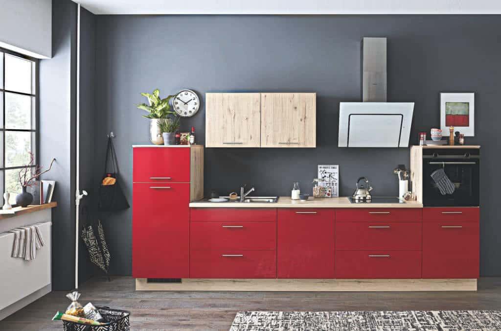 kleine rote Küchenzeile mit Holz