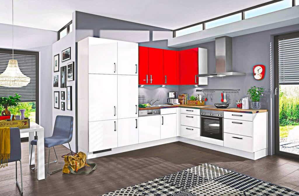 L Küche in Weiß mit roten Oberschränke