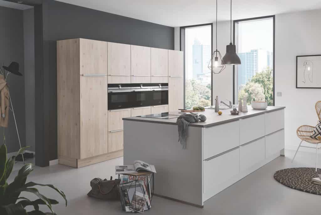 Hellgraue moderne Inselküche