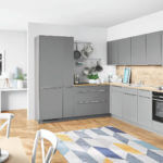 L Küche mit Holz in Grau