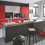 Graue Kochinsel mit roter Küchenzeile