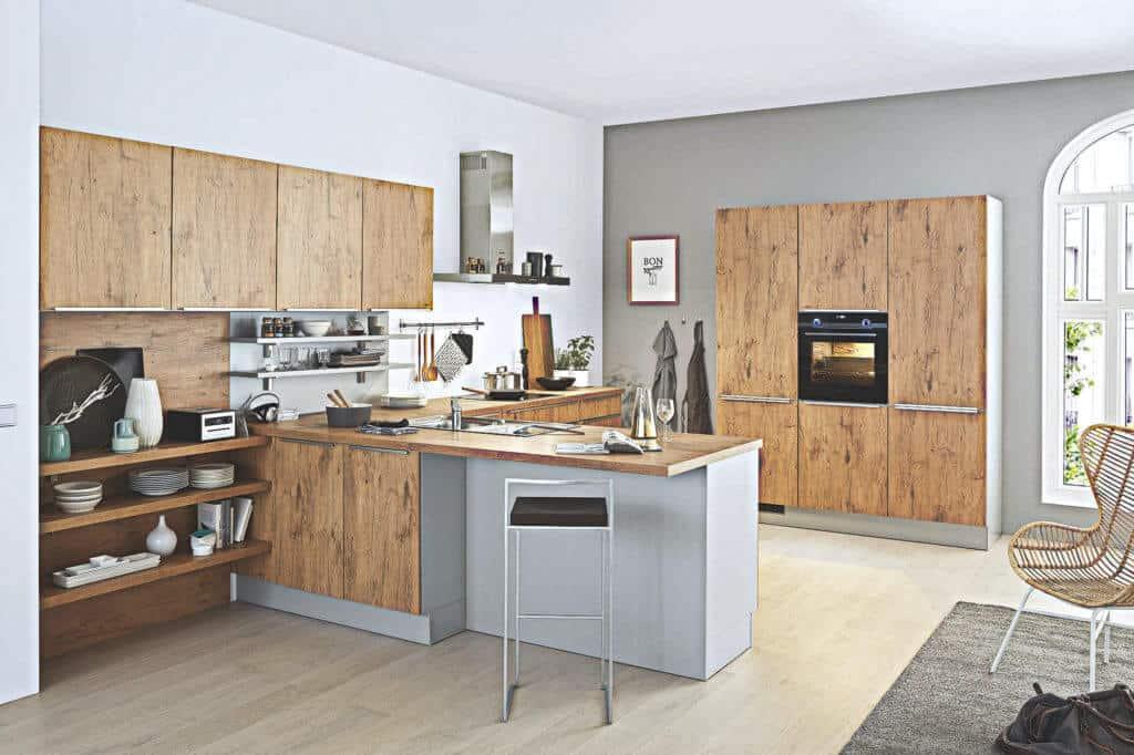 Große U Küche mit Wild Eiche