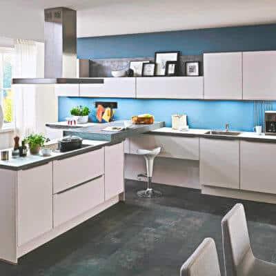 Große weiße Inselküche