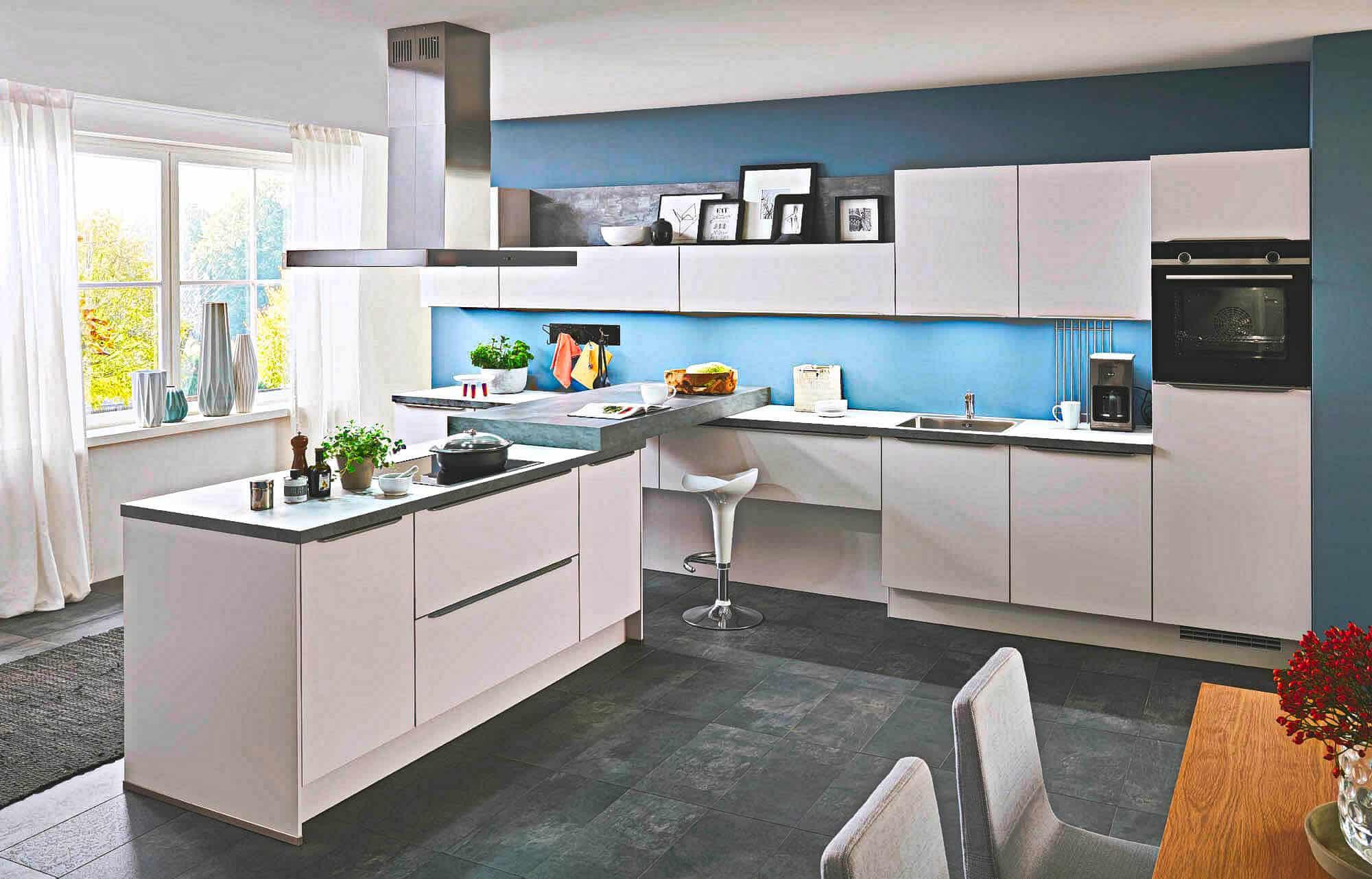 Große U Küche mit Insel weiß