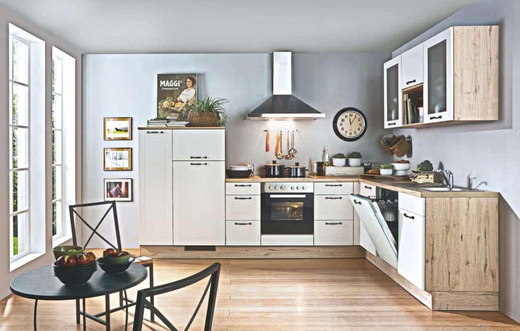 weiße L Landhausküche
