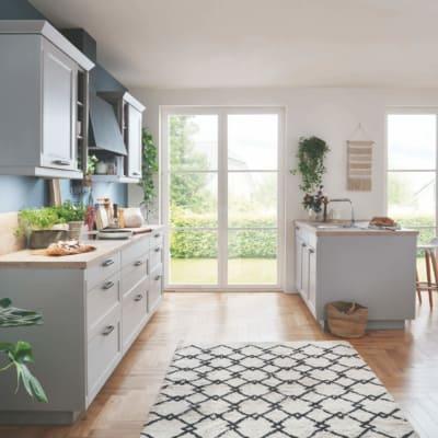 Steingraue Landhausküchenzeile mit Insel 6
