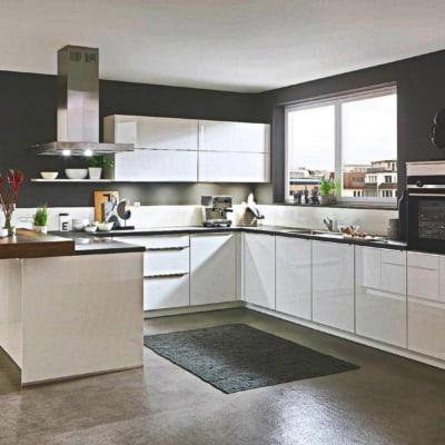 Weiße Hochglanz U Küche 11