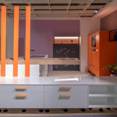 Burger Küche Laila Weiß Hochglanz mit Dekor Akzenten in Coral 15