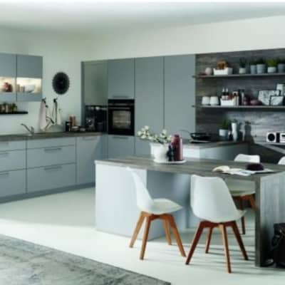 Große steingraue U Küche mit Tisch 36
