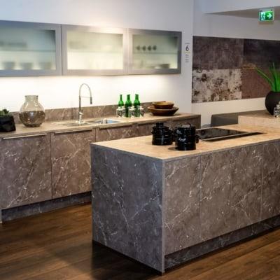 Nolte Küche mit Mittelinsel Marmor grau Weiß softmatt 93
