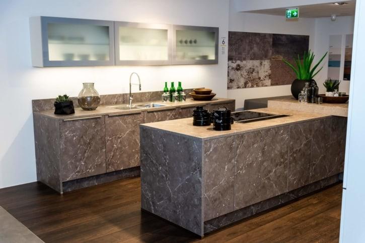 Nolte Küche mit Mittelinsel Marmor grau Weiß softmatt 1