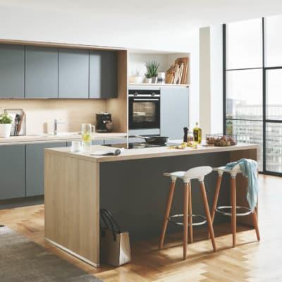 Schiefergraue Inselküche mit Küchenzeile 33