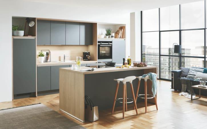 Schiefergraue Inselküche mit Küchenzeile 1
