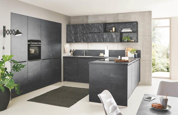 Schwarzbeton U Küche 1