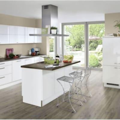 Weiße Hochglanz Küche mit Mittelinsel 30
