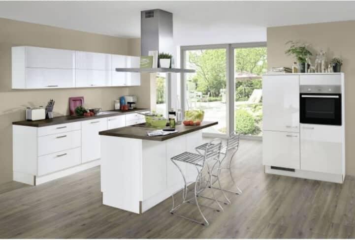 Weiße Hochglanz Küche mit Mittelinsel 1