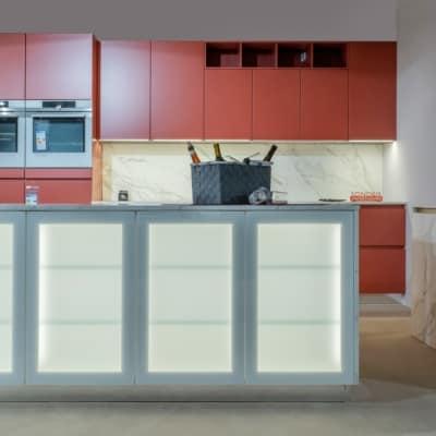 Bauformat Inselküche in Hennarot